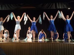"""S-klass III i dansen """"Så skimrande var aldrig havet"""". Foto: Marjatta Kärki"""