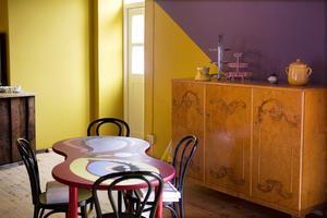Sköna färger och linjer på väggar och bord.