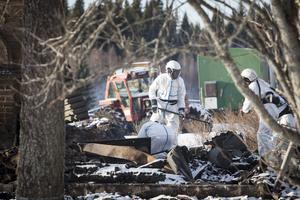 Polisens tekniker undersökte brandplatsen strax söder om Hammerdal under måndagen. En kvinna saknas och en man är misstänkt för mord. Mänskliga kvarlevor hittades i området under undersökningen.