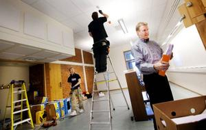 Elektriker drar de sista kablarna på Parkskolans nya musiksal. Nästa vecka öppnar de dörrarna för de musiksugna eleverna.   Foto: Håkan Luthman