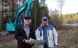 Göte Alfredsson och Birger Léman på platsen där det nya elljusspåret börjar ta form. De vill passa på att tacka alla som bidragit till att projektet kommit så här långt. Foto: Linnea Kallberg/DT