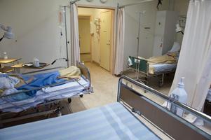 69 vårdtillfällen med undvikbara vårdskador rapporterades i Västernorrland under år 2017, enligt en rapport från Sveriges kommuner och landsting, som granskat vårdskador på sjukhus. Det motsvarar 11 procent av de granskade vårdtillfällena, skriver insändarskribenterna. Personerna på bilden har inget samband med texten.