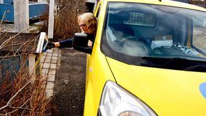 Postnord dominerar fortfarande bland postoperatörerna, men i Sveriges tre största städer Stockholm, Malmö och Göteborg delar företaget i dag bara ut sex av tio brev. På bilden är det Marlene Malm, produktionsledare vid Postnord i Birsta som delar ut post.