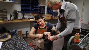 Linda Jonsson och Alf Hansson tar en titt på en jacka, där blixtlåset ska bytas.