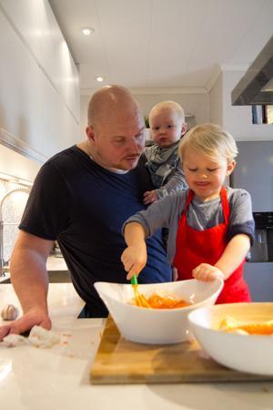 Sönernas lust att vara i köket inspirerade Mattias Eklund att starta videobloggen Husbarnskost.