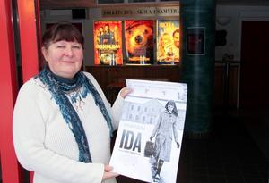 Den blivande kulturpristagaren Yvonne Johansson i en typisk stilstudie, där hon flaggar för kvalitetsbio.