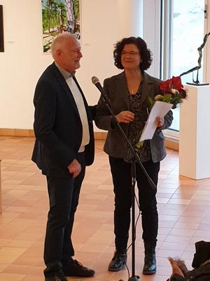 Carl-Gerhard Lindberg tackar Miriam De Vincenti med vackra blommor