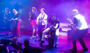 """Låten """"Det är aldrig fel att öppna med rock'n'roll"""", öppnade årets Östersundsrevy. En revy där sång- och dansnumren rakt igenom höll hög klass."""