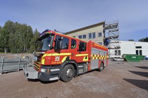 Den första brandbilen lämnar den nya brandstation, men den här gången från baksidan.