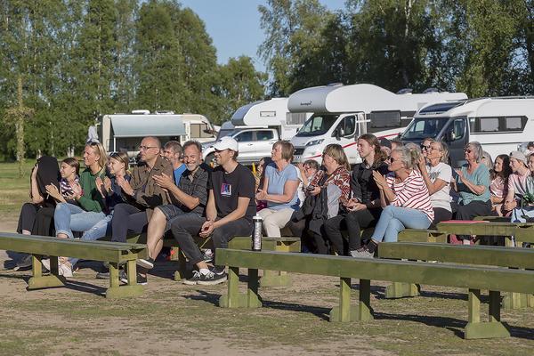 Full fart på publiken, som rycktes med av musiken på Lillhärdals camping.
