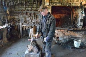 Janne Lindström vid Ellnesmedjan och Millans hantverk. Smedjan var på plats på 1700- talet, han har det mer som en hobby. Foto: Leif Blomqvist.