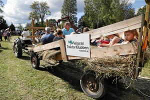 Åka hölass, en av många populära aktiviteter under veterantraktordagen.