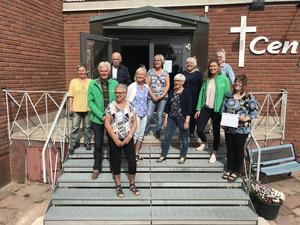 Gruppledare Lars Nises (C) och kretsordförande Rose-Mari Bogg (C) tillsammans med Centrumkyrkans pastor Helena Fransson samt några av alla volontärerna.