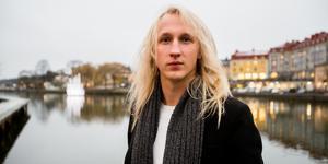 Adam Skeppar är hemma i Södertälje över jul för att träffa familj och vänner, men han längtar redan tillbaka till sitt Hollywood.
