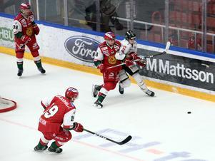 Moras Mattias Nörstebö i kamp med Vita Hästens Viktor Lodin.