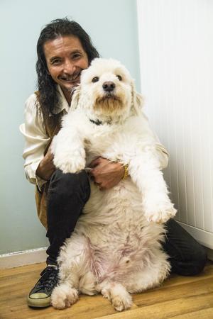 Hunden Ben var en rumänsk gatuhund som räddades från döden. För drygt fyra år sedan hittade han ett hem hos familjen Saengkhamchu Bergman.
