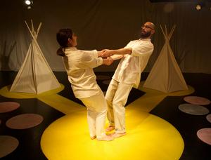 Emelie Wahlman och Jonathan Sikell dansar. På de små mattorna sitter barnen. Bild: Ozzy West