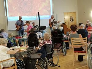 Pubkväll på Saxvikens äldreboende.Foto privat