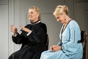 Helena Bergström (Nora) och Marie Göranzon (Anne Marie). Fotograf: Sören Vilks