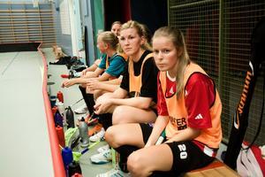 20 september: Natalie Olsson, från Surahammar, värvas in till Per-Ols damer. Tillsammans med Malin Hellblad (längst till höger) och Linnéa Berggren ska en superkedja bildas.