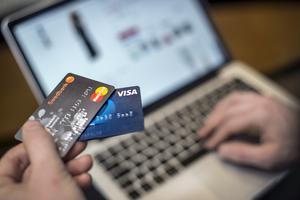 Shoppa på nätet? Var inte för snabb med att använda ditt vanliga betalkort. Att välja fakturabetalning eller använda ett kreditkort är smartare. Foto: Marcus Ericsson / TT