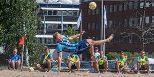 Många bollar i luften var det ja. Beachfotboll är ytterligare något Arvid är engagerad i. Här i SM-kvalet med Djurgården. Foto: