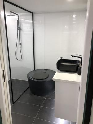 Badrummet har mulltoa och dusch.