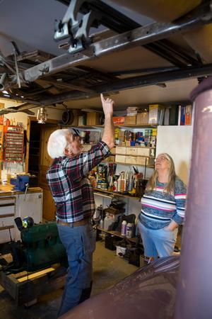 Peter Nilssons första T-Ford hänger i taket.  Den ska sättas ihop igen, när det finns tillräckligt med garageplats.  – Jag har plockat ner  den i molekyler, säger Peter Nilsson.