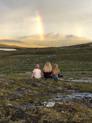 När barnen är ett med fjällen. Sommarkvällens ljus bryts i regnbågens alla färger som ett utropstecken av lugn över Sylarna Snart dags att sova. Bara sitta en liten stund till. Foto: Magnus Krantz