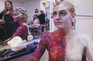 Frida Tinnsten och hennes grupp förbereder för kvällen. Tanken bakom projektet är att visa vad cancer gör med kroppen, detta har de gjort genom att porträttera halva kroppen som död och halva som levande.