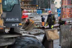 Under torsdagen fortsatte arbetet med att säkra instabiliteten i marken, som upptäcktes på onsdagen.