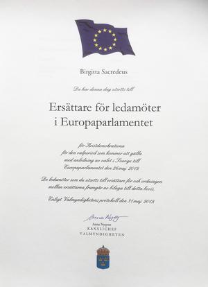 Birgitta Sacrédeus formella diplom från valmyndigheten att hon valts in som ersättare i EU-parlamentet.