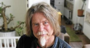 Sune Liljevall är en välkänd profil i Gävle, som journalist och vinskribent men också som konstnär. Bild: Jan Sundström