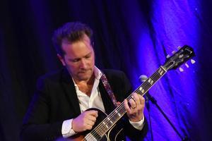 Johan Lindström är en känslig och lyrisk gitarrist vilket han visade i en sololåt för halvakustisk gitarr.