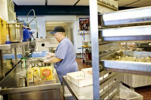 I dag är hon ansvarig för strömmingen. Agneta Pettersson är kock och har arbetat med mat i snart 40 år. Hela tiden inom landstinget. Och hon gillar sitt arbete.
