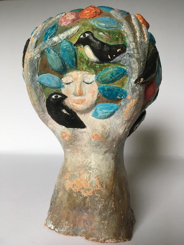 Del ur Dafnefontänen, ett av Helga Henschens offentliga konstverk. Statyn är gjord av målad terrakotta, som Henschen ofta arbetade i, och avbildar en kvinna med fåglar i håret. Pressbild.