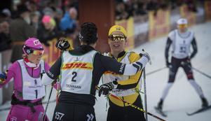 Lina Korsgren gratulerar Britta Johansson Norgren till segern i Tjejvasan.