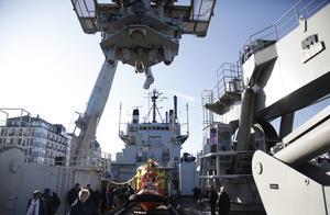 Lyftkranen ombord lyfter i och ur räddningsubåten URF, som väger omkring 50 ton. Räddningsfarkosten kan även bland annat lyftas av helikopter.