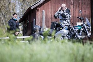 Sara och Ronny Wranning körde motorcykel från Lågarö för att se årets kosläpp på Väddö gårdsmejeri.