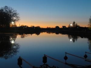 Månadens vinnare: Soluppgång, och spegelblankt vatten vid småbåtshamnen i Köping. Foto: Mats Kåberg.