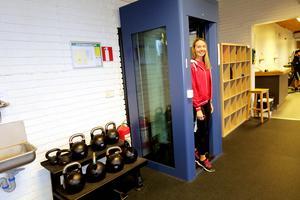 Moa Eriksson, badvakt på Allébadet och receptionist, visar hur slussen till gymmet kommer att fungera.