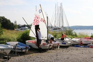 Efter en natt med åska och spöregn gäller det att tömma båtarna på vatten och göra i ordning det som krävs innan deltagarna kan bege sig ut.
