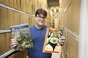 Emil Helén på Gävle kommunarkiv visar de broschyrer som togs fram i samband med 550 respektive 500 års-jubileet. Under lördagen kommer man att ha visningar i arkivlokalerna.