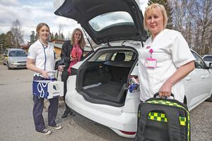 När de åker hem till patienterna kommer bilens bagageutrymme att vara fullpackat med allt ifrån katetrar till kompresser och ställningar för dropp, berättar Larissa Hagberg, Julia Björk och Maria Ferner.