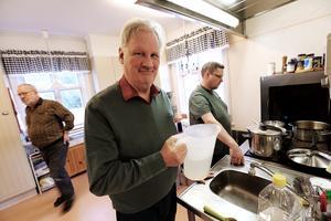 Full rulle i köket inför festmåltiden. Jan Magnusson, Kalle Blom och mästerkocken Rickard Forsman.