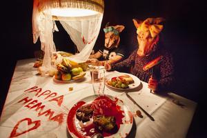 Gris-barnen dunkade otåligt med besticken i bordet i väntan på att pappa-gris skulle bli färdig med maten.