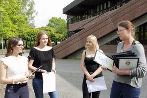 Ullvigymnasiets rektor Anna Ulfves delade ut diplomen till stipendiaterna inför fotograferingen.