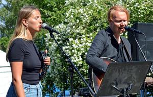 Hanna Ek från Sågmyra och Broder Henrik Rapp från Bjursås underhåller boende på seniorboendet Parkgatan.