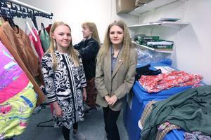 Tora Mikaelsson, Ebba NIlsson och Sofia Forsberg tog med mängder av  secondhand  kläder för att visa upp under en modevisning på Lekebergsskolan.