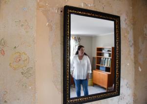 De olika tapetlagren, som har lämnats synliga på sina håll, minner om husets långa historia.